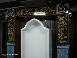 Panel hiasan di mihrab surau